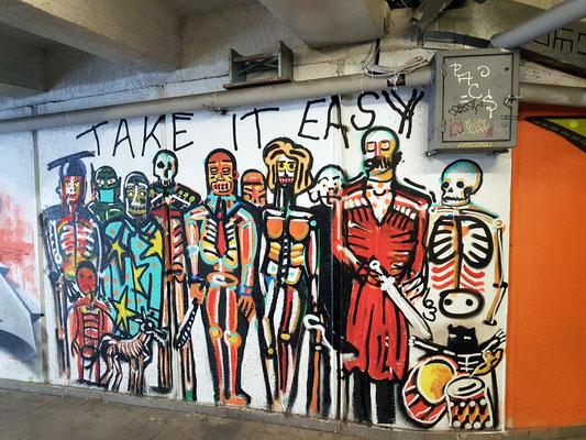 Grafiti-Kunstwerke in einer Straßenunterführung
