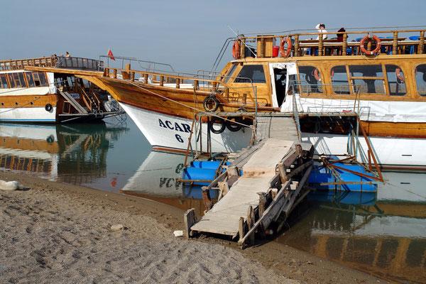 Ausflugsboote warten auf die Rückkehr der Touristen