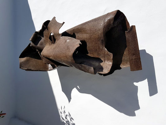 Metallskulptur im Innenhof