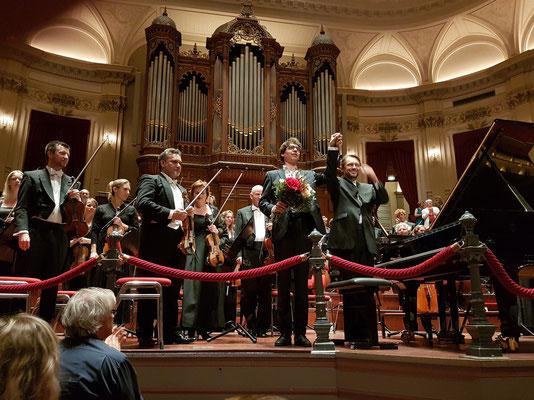 Applaus nach dem Rachmaninow-Konzert für den Pianisten Lucas Debargue und den Dirigenten Andrey Boreyko sowie das Nederlands Philharmonisch Orkest