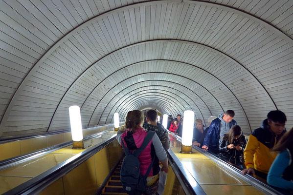 Kurskaja, Rolltreppe zur Bahnsteighalle
