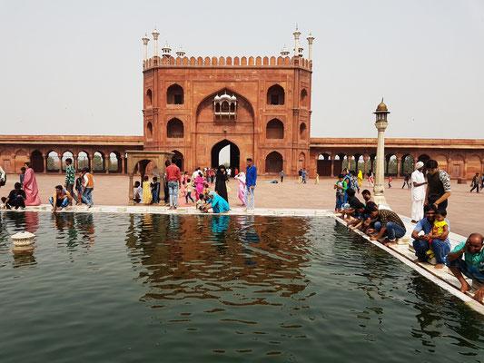 Wasserbecken für die Reinigung vor dem Gebet, dahinter das Ostportal der offenen Moschee-Anlage