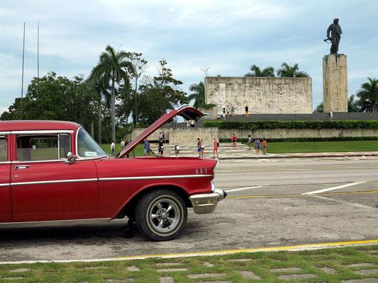 Autoreparatur vor dem Monumento Che Guevara in Santa Clara