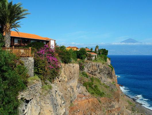 Blick auf den Parador Nacional über der Steilküste und nach Teneriffa mit dem Pico de teide