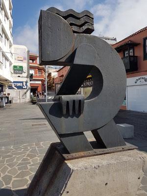 Puerto de la Cruz. Moderne Skulptur in Höhe der Calle de Santo Domingo Nr. 20 und Aussichtspunkt auf die Meeresschwimmbecken