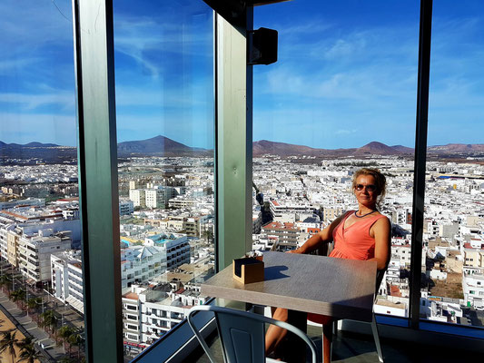 Blick auf Arrecife in der STAR CITY COFFEE & GASTRO BAR des Gran Hotels Arrecife