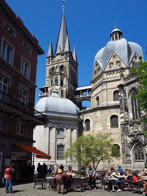 Münsterplatz, Blick zum Dom mit karolingischem Oktogon, barocker Ungarnkapelle und neugotischem Turmaufbau über dem karolingischen Westwerk