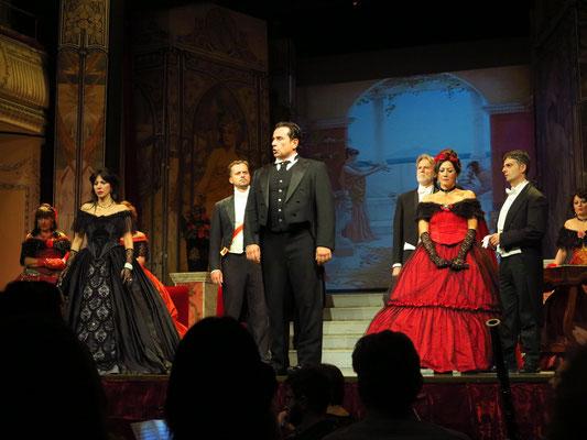 Zweiter Akt, Zweites Bild: Galerie im Palast Floras. Alfredos Eifersucht und Verzweiflung