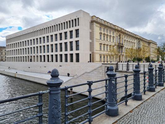 Humboldt Forum am Spreeufer, Moderne Ost- und barocke Nordfassade