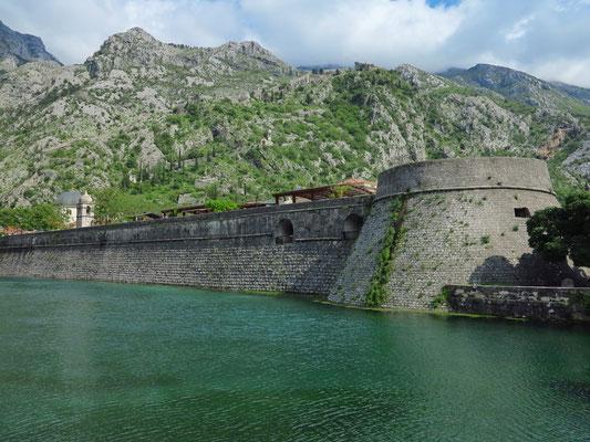 Nördliche Stadtmauer von Kotor mit Kampana Turm