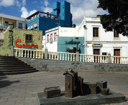 Puerto del Rosario, Plaza de España mit Koffer-Skulptur als Hinweis auf die zahlreichen Emigranten