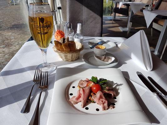 Rosa Scheiben vom Roastbeef an Pfifferlings-Linsensalat