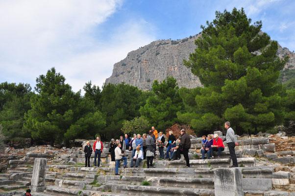 Teil des Theaters von Priene. Auf dem Felsklotz im Hintergrund befand sich die Akropolis