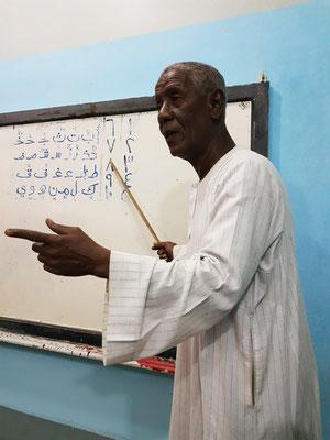 ... wird vom Schulleiter in der arabischen Sprache und Schrift unterrichtet.