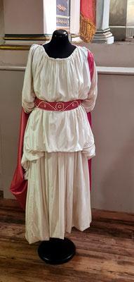 """Nachbildung des Kostüms der Ariadne (auf Naxos) für die Aufführung 1775 im altgriechischen Geschmack und nach Winckelmann u.a. verfertigt. Mit """"Ariadne auf Naxos"""" entstand auch eine neue Form der dramatischen Kunst, das Duodrama oder Melodram."""