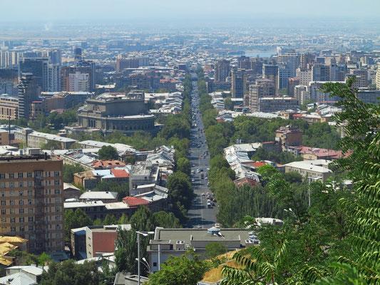 Blick vom Aussichtspunkt auf die Mesrop Mashtots Ave mit dem Armenischen Opernhaus