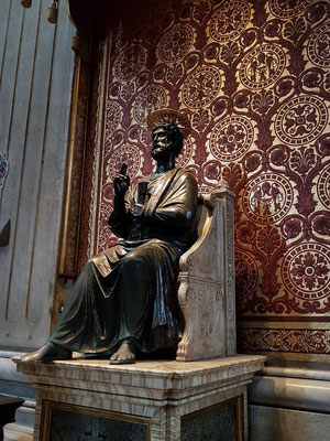 Bronzestatue des Heiligen Petrus
