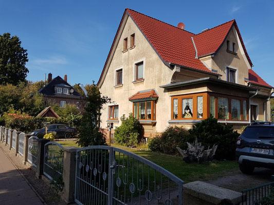 In diesem gemieteten Haus in der Kastanienallee wohnte die sechsköpfige Familie des Zahnarztes Dr. Dirksen Ende der 1940er Jahre, darunter Almut, die Jüngste. Im unteren Geschoss war die Praxis untergebracht.