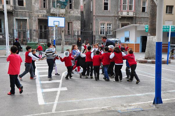 Schulkinder in Izmir mit ihrem Lehrer beim Spiel
