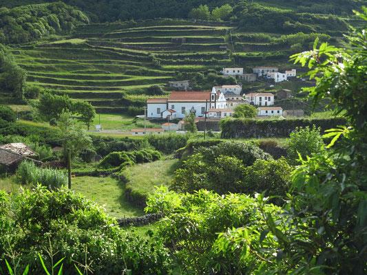 Fajãzinha, Blick von der Straße oberhalb des Dorfes