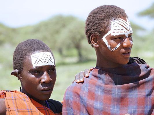 Massai-Jungen nach der Beschneidung (Foto: Dr. Ernst Moser)