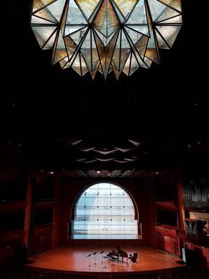 Großer Konzertsaal im Auditorium Alfredo Kraus. Der Blick aus dem Fenster im Konzertsaal fällt auf den Atlantischen Ozean.