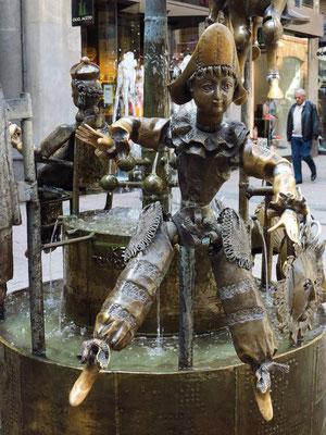 Puppenbrunnen. Kleiner, skurriler Brunnen mit Bronzefiguren von Marionetten mit beweglichen Teilen
