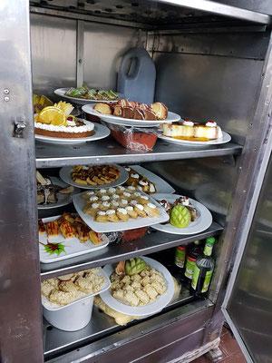 Blick in den Kühlschrank mit Dessert