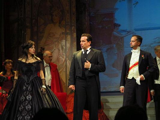 Zweiter Akt, Zweites Bild: Galerie im Palast Floras. Alfredo stellt Violetta zur Rede.