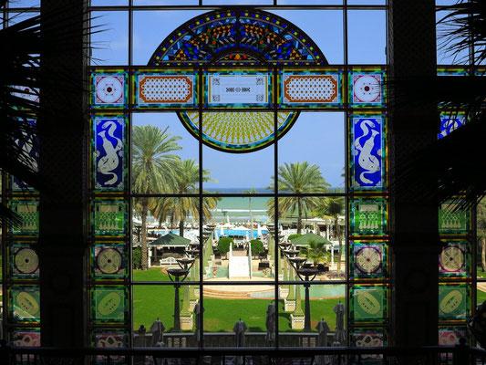 Blick aus der Eingangshalle zum Hotelgarten und Meer