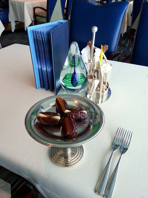 """Der """"afternoon tea"""" beginnt mit gefüllten Datteln..."""