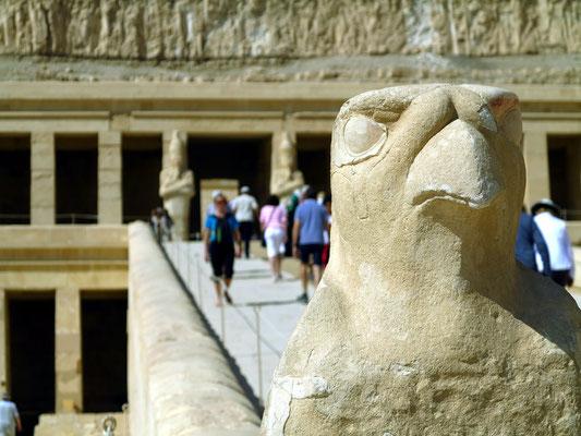 Rampe zur Oberen Terrasse, auf einem Schlangenkörper thront ein Horusfalke