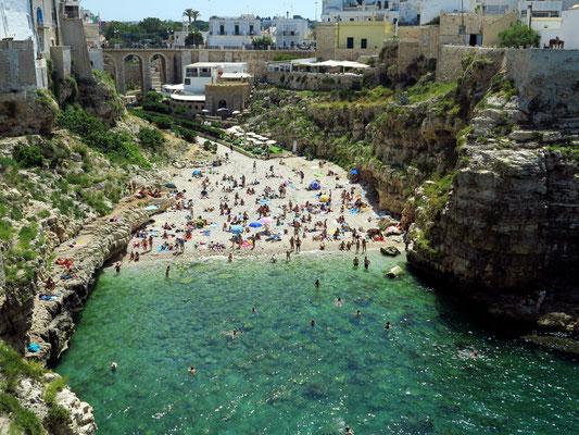 Polignano a Mare. Blick von der Terrazza Santo Stefano auf den Lama Monachile Beach