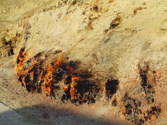 Ein seit dem Altertum brennendes natürliches Erdgasfeuer am Hang eines Hügels