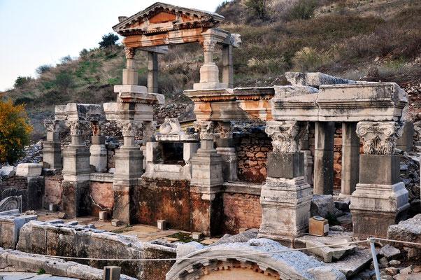 Trajanbrunnen (Nymphaeum Traiani)