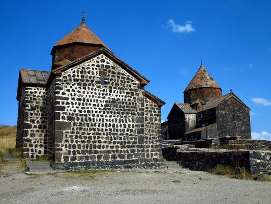 Kirchen des Klosters Sewanawank hoch über dem Ufer des Sees, links Muttergotteskirche