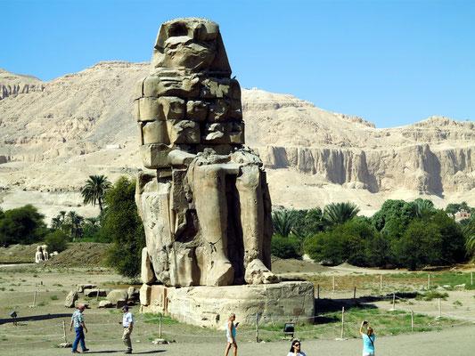 Die nördliche Statue, Gesamthöhe: 18,36 Meter
