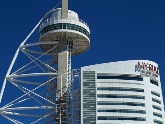 Hotel Myriad Lissabon (rechts) und Vasco-da-Gama-Turm (links)