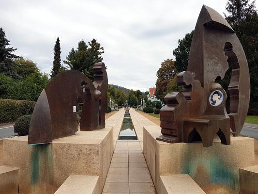 Zwei  aus einer Kugelform herausgearbeitete Skulpturengruppen am Ende der Unteren Hauptallee,  die das Alter versinnbildlichen