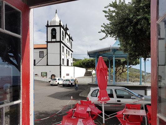 Calheta de Nesquim, Blick aus der urigen Bar auf den Dorfplatz mit Kirche