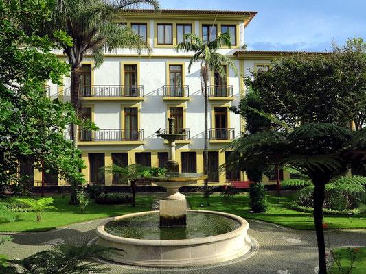 Park Jardim Duque de Terceira mit dem Angra Garden Hotel (Rückseite)