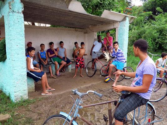 Jugendlicher Treff an einer Busstation bei Soroa