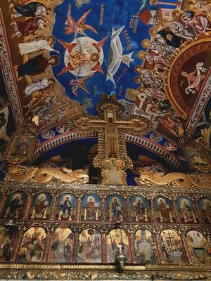 Serbisch-orthodoxe Dreifaltigkeitskirche in der Altstadt von Budva von 1804, mit Fresken und Ikonen aus dem 19. Jahrhundert, Blick auf Ikonostase und Decke