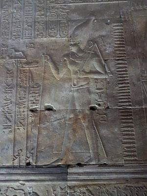 Ptolemaios III. schreitet aus seinem Palast zum Edfu-Tempel.