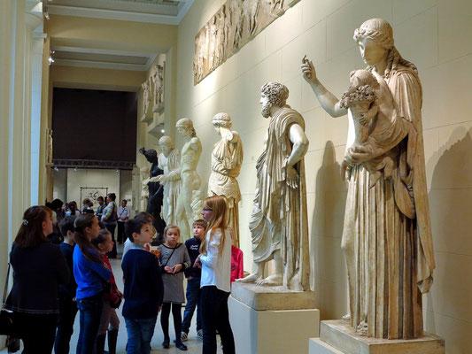 Gipsabgüsse griechischer Statuen im Eingangsbereich