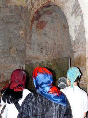 Zugang zur Grablege des Heiligen Nikolaus (Rankensarkophag in Myra mit aufgebrochener Seitenwand)