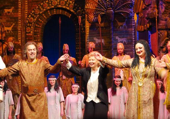 Applaus nach der Aufführung: Nabucco (Jerzy Mechlinski ), Dirigentin (Ewa Mischnik), Abigaille (Magdalena Barylak) v.l.n.r.