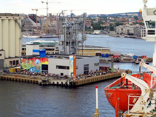 Einfahrt in den Hafen von Oslo, am Food-Court