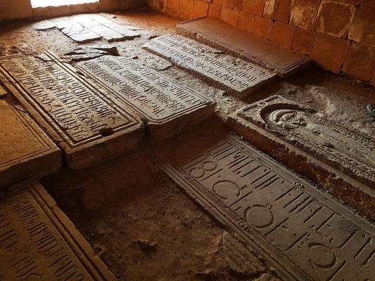 Grabplatten in der Klosterkirche Norawank