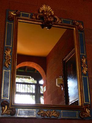 Spiegel im Kaminzimmer